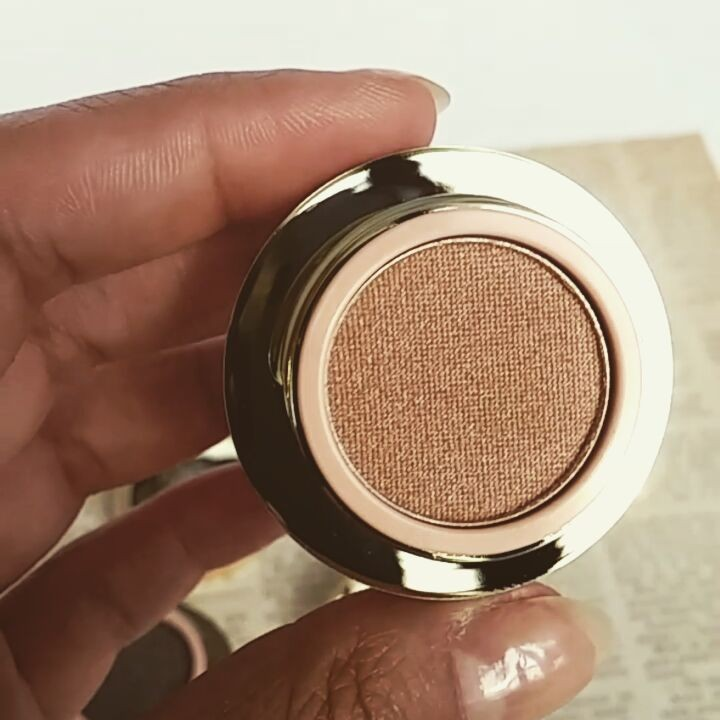 @teeezcanada Spectrum of stars eyeshadow in #VanillaBean gives off shimmering shades of light gold and a glowing pearlescent pink, like a fish scale! Try it as a skin highlight to make it a double duty product!