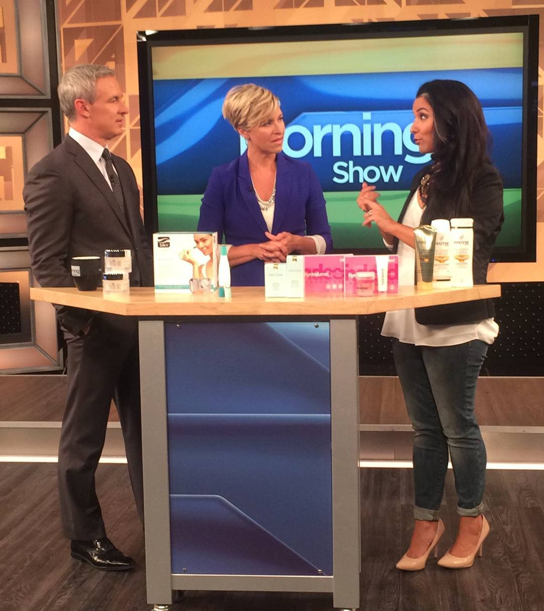 Such an attentive audience 😍 @jmacspeaks & @carolynmackenzie (and YOU) get to hear me dish abt my top fragrance picks this Wednesday on @morningshowto!