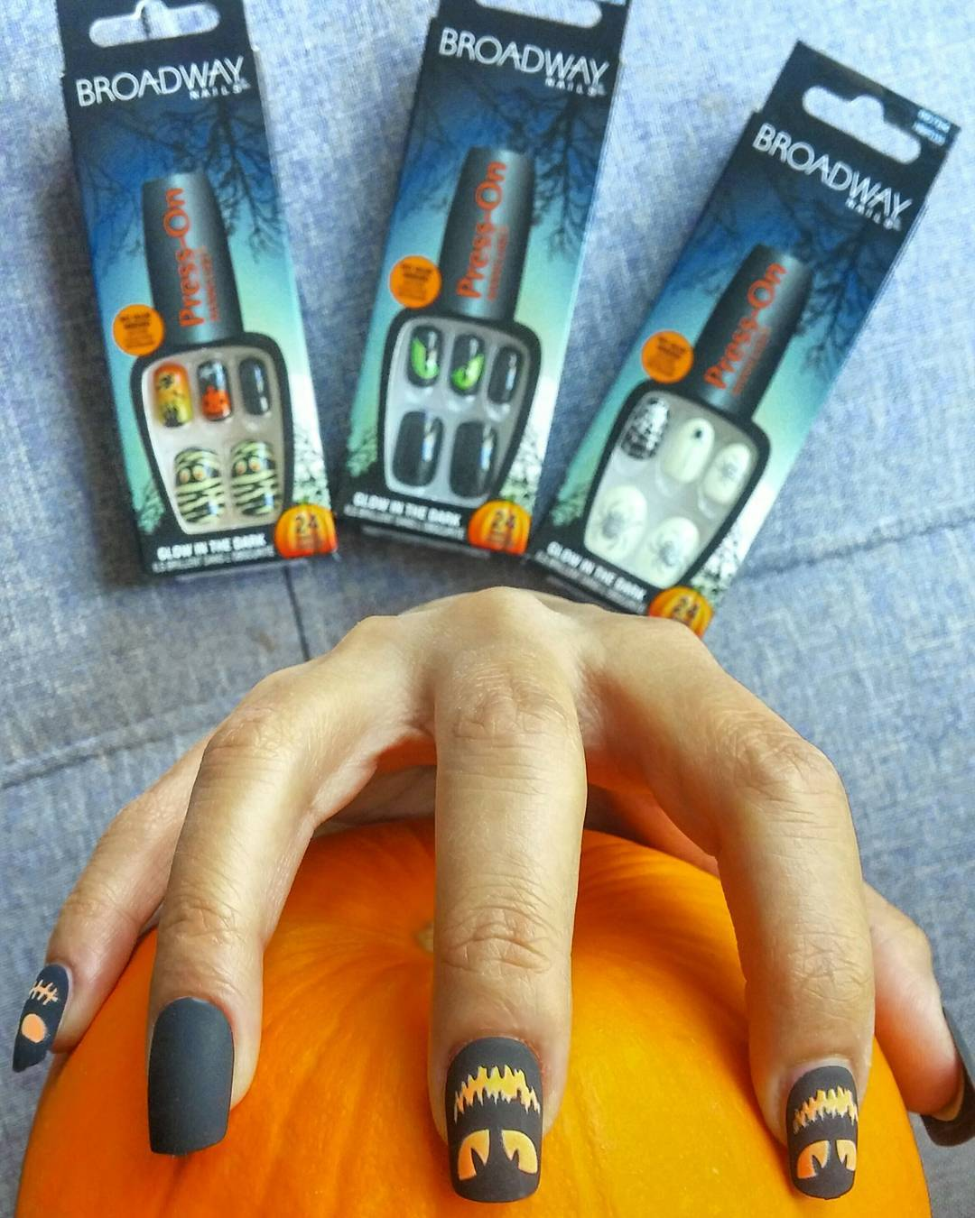 Halloween mani in under 30 seconds & no dry time thx to @kissproducts Broadway nails press-on manicure! Limited edition 🎃 designs are ideal to top off your costume for tonight!