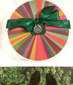 If you have yet to check out @thebodyshop for holiday gift giving, 🏃, don't 🚶 to check out the plethora or gift sets, limited editions and beautiful pkg'ing for everyone on your list!#JungleBells