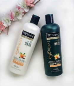 Curly haired girls rejoice! More options for your dehydrated curly hair coming in 2017! @TRESEMMÉ Botanique Curl Hydration shamp&cond! 💇 🌸😍